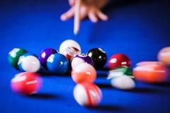 Obscuro e mover-se de bolas de bilhar em uma mesa de bilhar Imagem de Stock