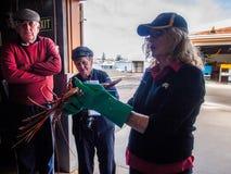 Obsdza personelem wyjaśnia jak i dostarcza fabryka w Geraldton homar catched, zachodnia australia Zdjęcia Royalty Free