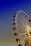 A observação de Ferris roda dentro a cidade velha de Gdansk do Polônia, opinião da noite Fotografia de Stock Royalty Free