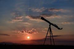 Observação do céu e fundo do telescópio da revisão imagens de stock