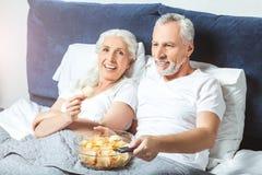 Observação do homem superior e da mulher foto de stock royalty free