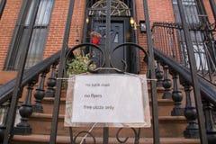 Observação engraçada em um apartamento do brownstone fotos de stock royalty free