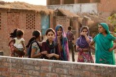 Observação indiana da mulher e das meninas do aldeão Fotografia de Stock