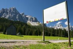 Observação na estrada com montanhas Imagens de Stock Royalty Free