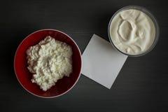Observa la crema agria del requesón imagenes de archivo