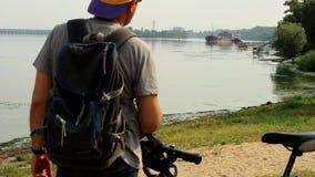 Observación de la nave en el río almacen de video