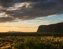 Observación de la puesta del sol en Uluru Imagen de archivo libre de regalías