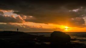 Observación de la puesta del sol magnífica sobre el Océano Atlántico imagen de archivo libre de regalías