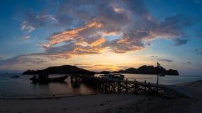 Observación de la puesta del sol de la playa fotos de archivo