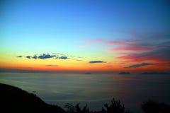 Observación de la salida del sol en la cima de la montaña Imagen de archivo libre de regalías