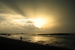 Observación de la tormenta de la playa Fotos de archivo libres de regalías