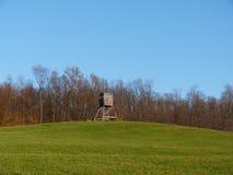Observación de madera respecto a la colina foto de archivo