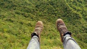 Observación de naturaleza con los pies suspendidos fotografía de archivo
