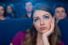 Observación de una película aburrida. Foto de archivo libre de regalías