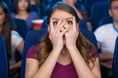 Observación de una película asustadiza. Imágenes de archivo libres de regalías