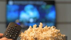 Observación de una película en la TV elegante