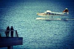 Observación del avión en el océano Fotografía de archivo