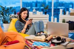 Observación femenina pensativa en el teléfono móvil Fotografía de archivo