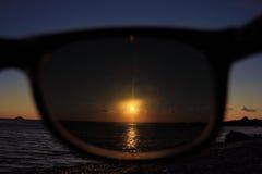 Observación a través de las gafas de sol Imagen de archivo libre de regalías