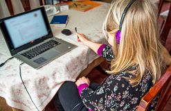 Observación webinar en su ordenador portátil, auriculares que llevan de la mujer fotografía de archivo