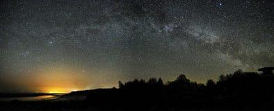 Observaci?n de las estrellas y de la v?a l?ctea del cielo nocturno, panoram de la constelaci?n de Perseus y del Cygnus imagen de archivo