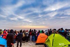 Observación de la salida del sol en la cima de la montaña Imágenes de archivo libres de regalías