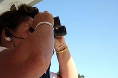 Observador do pássaro da mulher Fotos de Stock