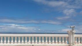 Observando o horizonte entre o mar e o céu azul fotografia de stock