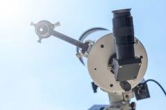 Observando o Sun com telescópio Telescópio do eclipse solar solar imagens de stock