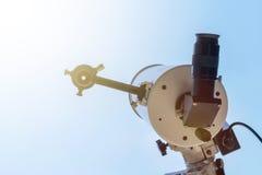 Observando o Sun com telescópio Telescópio do eclipse solar solar foto de stock royalty free