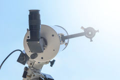 Observando o Sun com telescópio Telescópio do eclipse solar solar imagem de stock royalty free