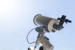 Observando o Sun com telescópio Telescópio do eclipse solar solar fotos de stock royalty free