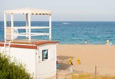 Observando a torre da praia do sa Mesquida da ilha de Menorca foto de stock royalty free