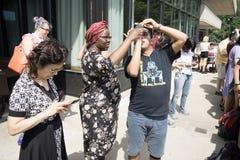 Observando um eclipse Imagens de Stock