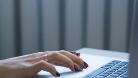 Observant un téléphone, ensuite cela typeing sur le clavier banque de vidéos