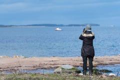 Observateur d'oiseau femelle par la côte photo libre de droits