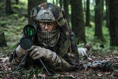 Observateur de garde forestière d'armée photo libre de droits