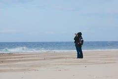 Observateur regardant à la mer pour des bateaux avec des jumelles Image libre de droits