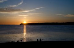 Observateurs de coucher du soleil à la baie de Semiahmoo - 1 photo libre de droits