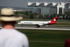 Observateurs plats observant des avions à l'aéroport de Munich, MUC photos stock