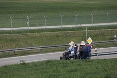 Observateurs plats observant des avions à l'aéroport de Munich, MUC images libres de droits