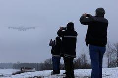Observateurs plats observant l'avion quatre moteurs, neige photo libre de droits