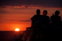 Observateurs tropicaux de coucher du soleil Image libre de droits