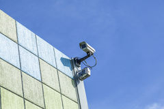 Observatiecamera bij een muur Stock Foto