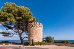 Observatietoren op de rots in Miami Platja, Tarragona, Catalunya, Spanje Exemplaarruimte voor tekst Royalty-vrije Stock Fotografie