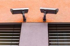 Observation av bevakningkameror på den orange väggen Arkivfoto