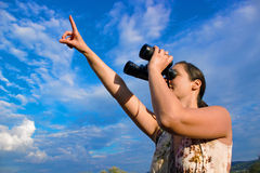 Observation d'oiseau avec des jumelles photo libre de droits