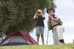 Observation d'oiseau de grand-père et de petit-fils Image stock