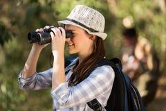 Observation d'oiseau de jumelles de femme Photographie stock libre de droits