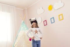 Observation d'une vidéo de la réalité virtuelle 3D Photos libres de droits